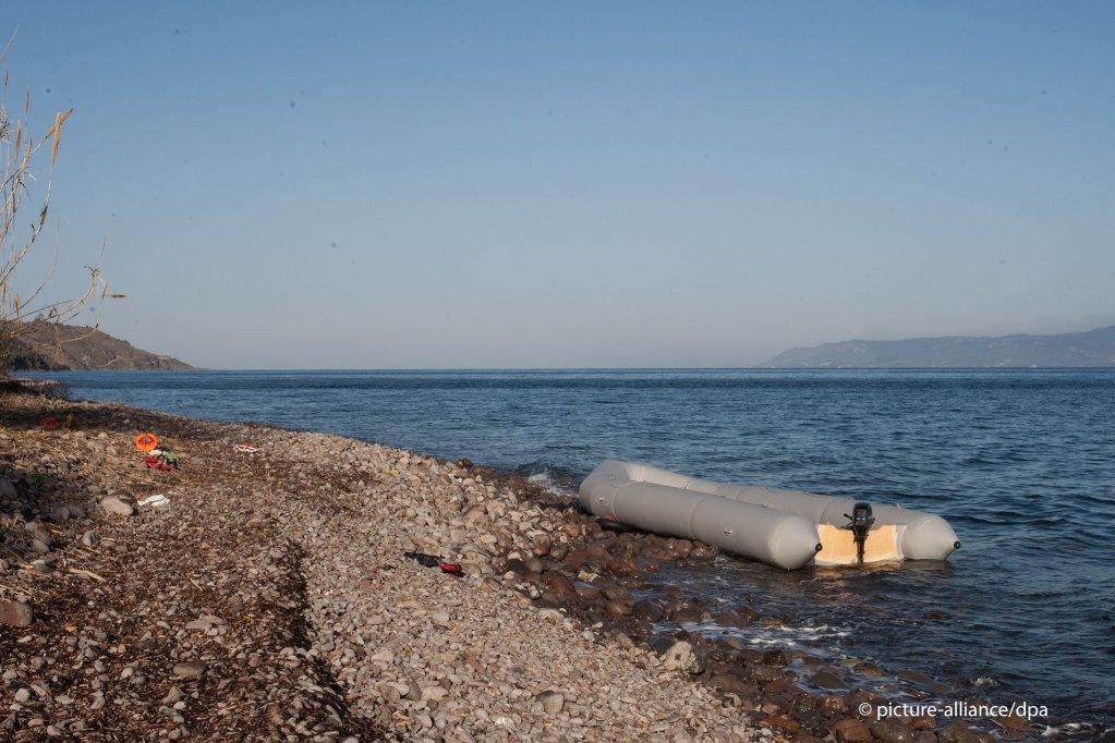 Un canot gonflable est échoué sur une côte grecque. Image d'illustration. Crédit : Picture alliance