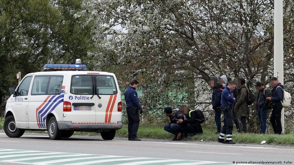 پولیس بلجیم با یک گروه از پناهجویان در زیبروک بلجیم(عکس آرشیف)