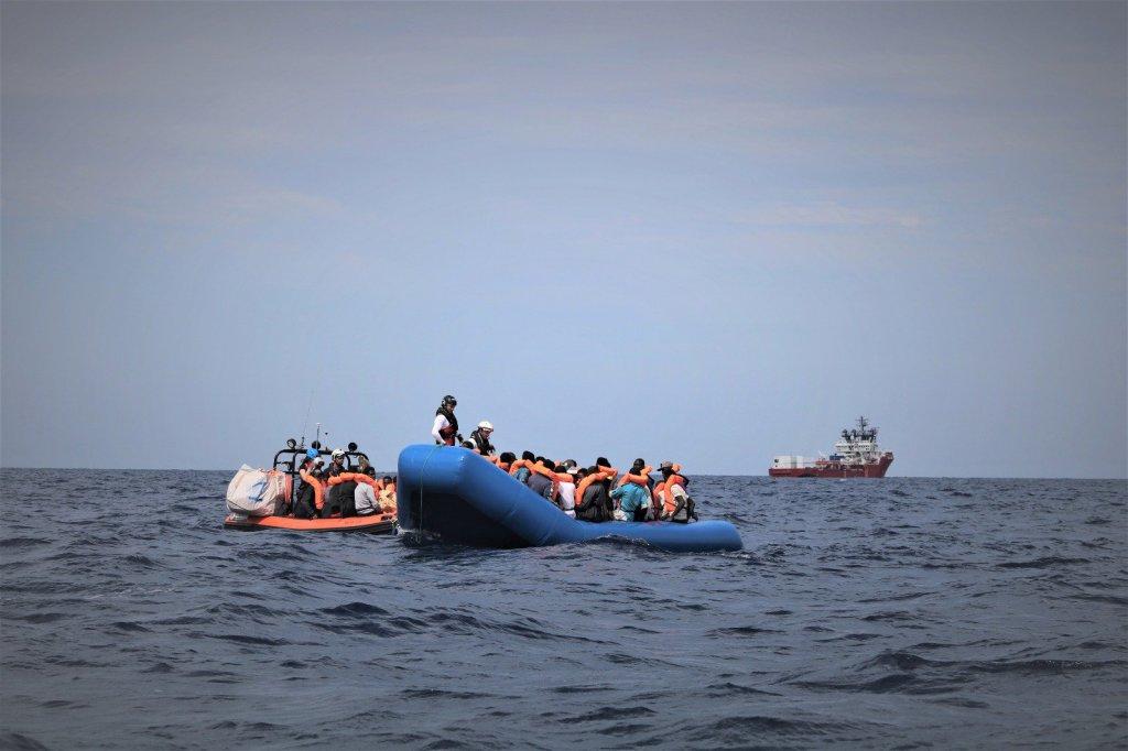 قارب مهاجرين قبالة السواحل الليبية. الصورة: أطباء بلا حدود/إس أو إس المتوسط