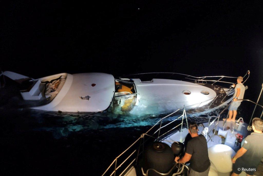 عکس ارشیف: مقام های یونانی در جریان عملیات جستجو و نجات مهاجران در نزدیکی جزیره خالکی. عکس: گارد ساحلی یونان/Handout via REUTERS