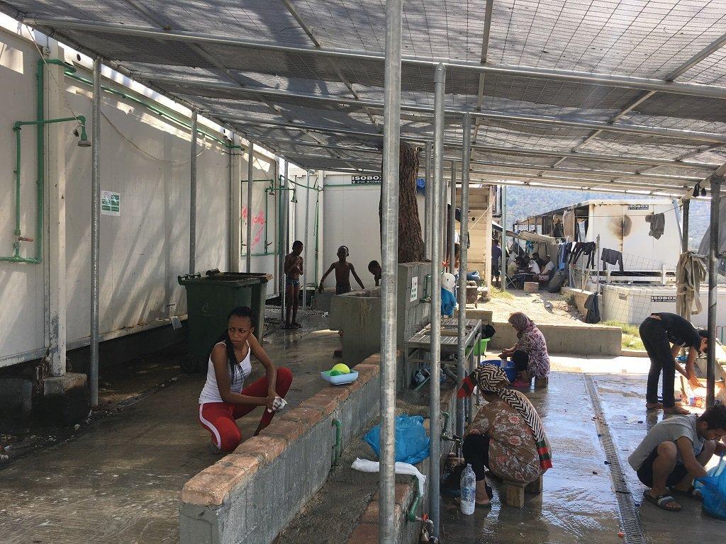 نساء يغسلن ثيابهن أمام نقطة الاغتسال المخصصة لهن، موريا 3/10/2019. مهاجر نيوز\أرشيف