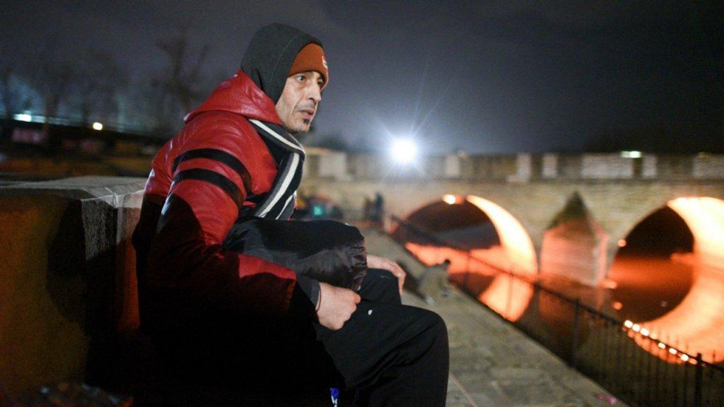 منیر، مهاجر مراکشی ۴٣ ساله که در مرز ترکیه  و یونان در بی سرنوشتی به سر میبرد. عکس از مهدی شبیل/ مهاجر نیوز