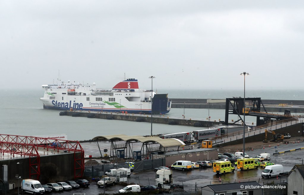 Emergency personnel at Rosslare Europort in Co Wexford, waiting the arrival of the Stena Line ferry after 16 people were discovered in a sealed trailer on the ship, November 21, 2019  | Photo: Picture-alliance/Niall Carson/PA Wire