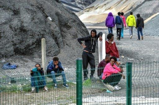 أ ف ب/ أرشيف |مهاجرون شبان ينتظرون في 16 آب/أغسطس 2017 قرب تلة في كاليه في شمال فرنسا..