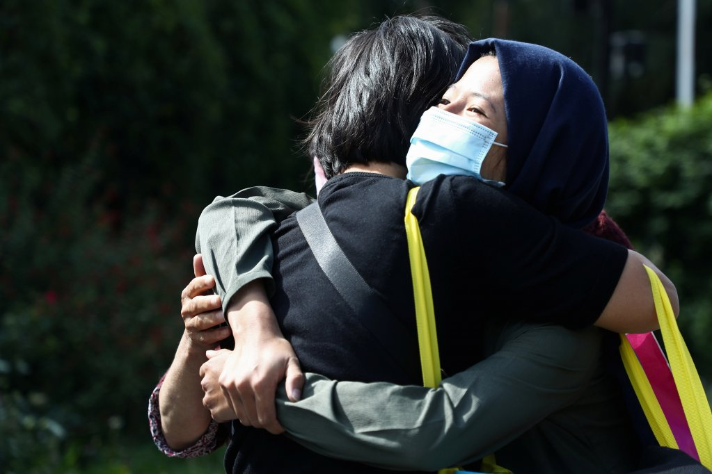 A woman and her sister reunited in a Paris suburb after the evacuation of Afghan civilians from Kabul, August 27, 2021 | Photo: Reuters