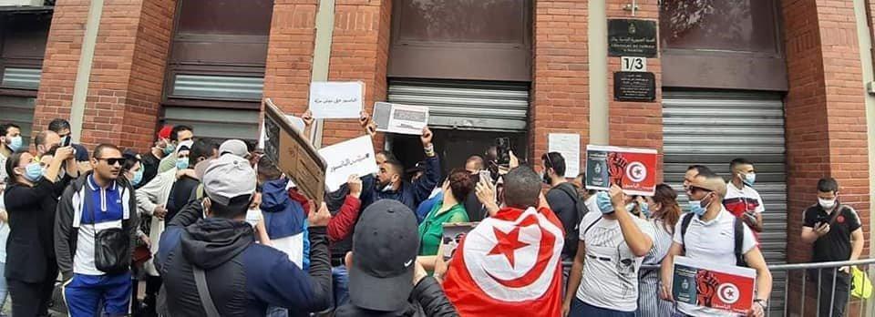 تونسيون ممنوعون من الحصول على جوازات السفر يحتجون أمام قنصلية بلدهم في فرنسا