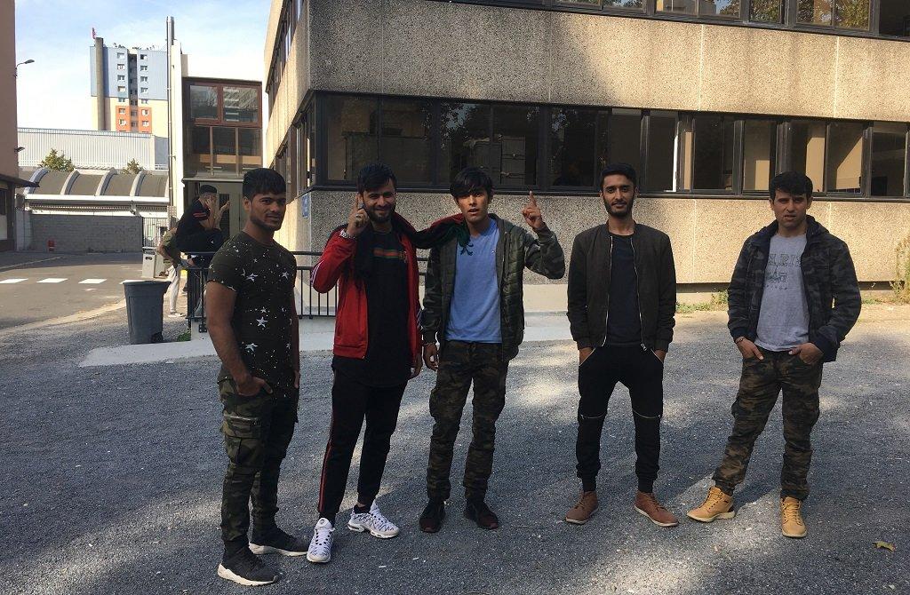 Des jeunes Afghans devant le CAES du boulevard Ney. Crédit : InfoMigrants