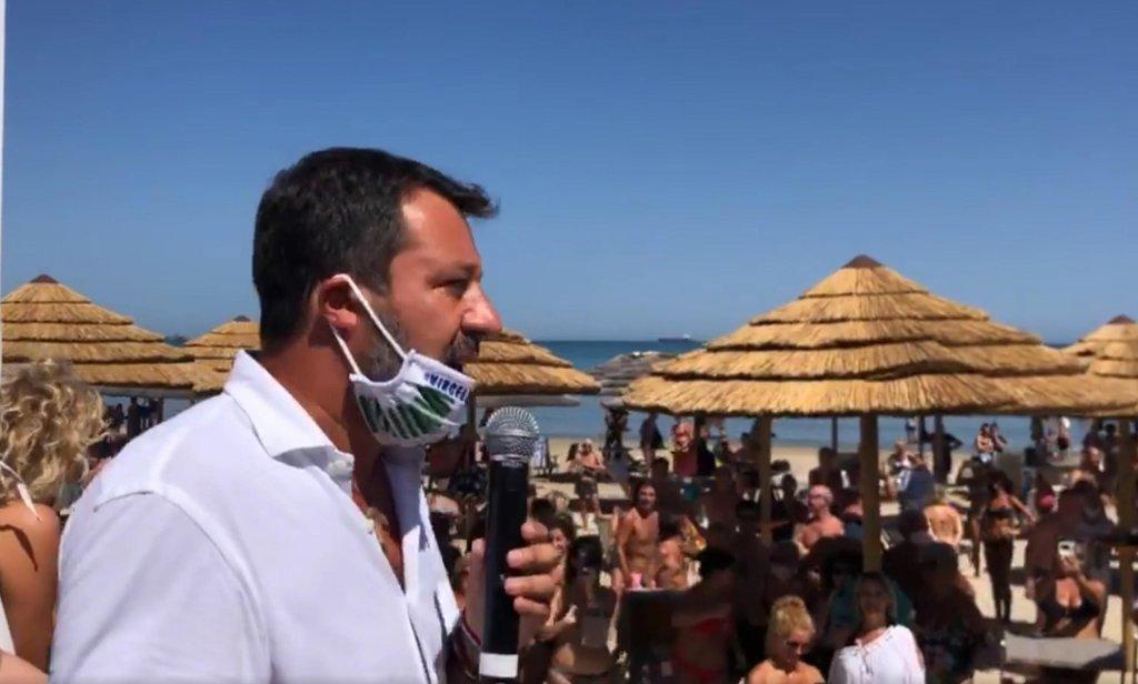 ANSA / ماتيو سالفيني زعيم حزب الرابطة الإيطالي خلال بث حي على تطبيق فيسبوك من فالكونارا مارتيما.