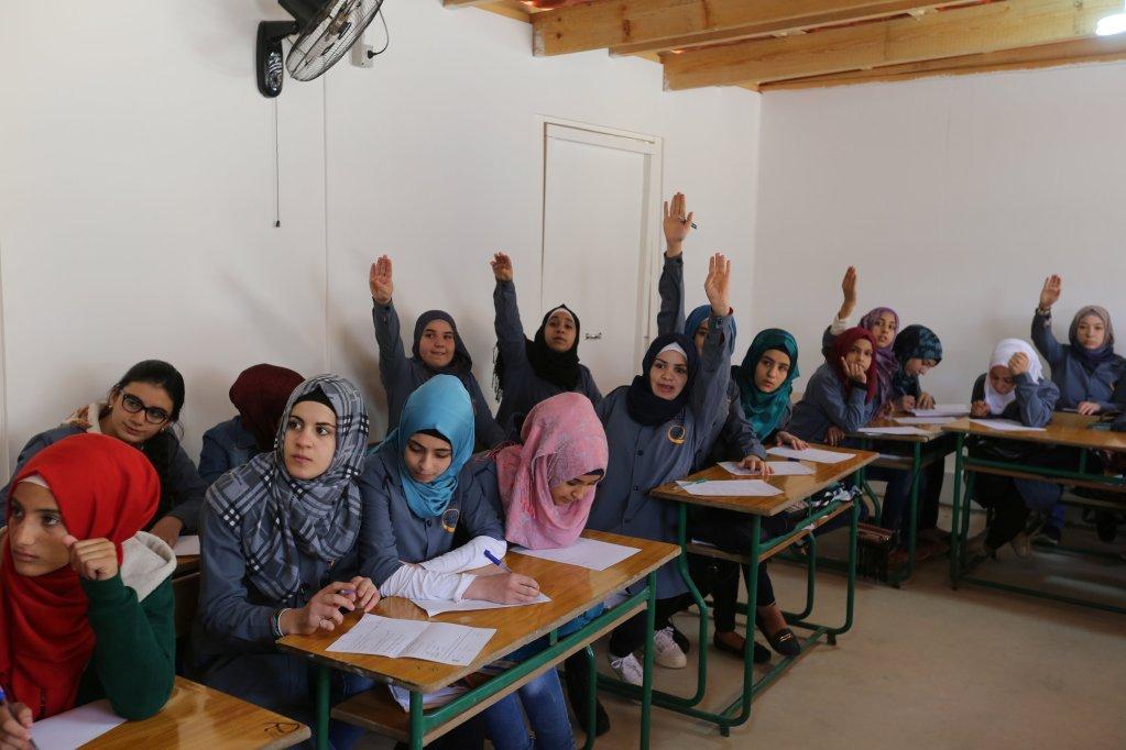 """فتيات لاجئات سوريات داخل أحد الفصول في مدرسة أنشأتها جمعية """"كياني"""" في مدينة برالياس اللبنانية. رويترز/أرشيف"""