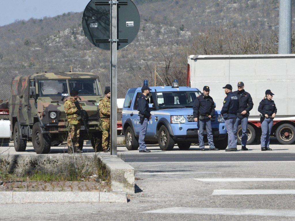 جنود إيطاليون وشرطة سلوفينية على الحدود. المصدر: أنسا / ماورو زوكي