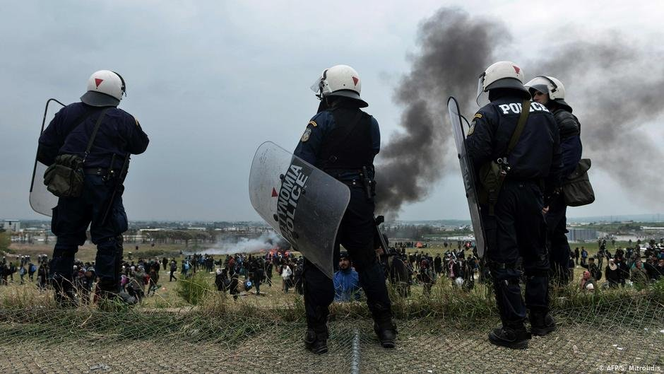 Greek police in front of a refugee camp outside Thessaloniki | Photo: AFP/S.Mitrolidis