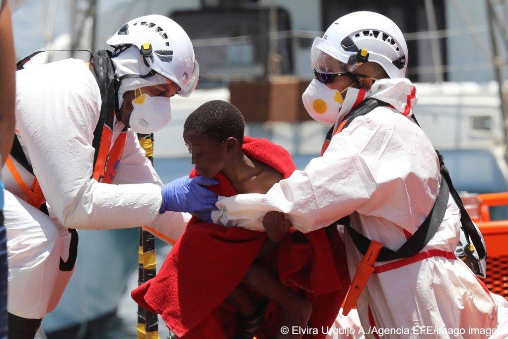 Spanish Salvamento Maritimo members rescue a child on June 20, 2021 | Photo: Elvira Urquijo/EFE/imago