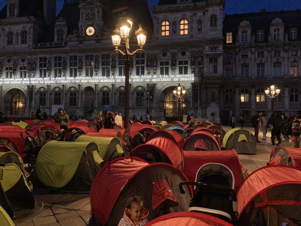 Quelque 300 personnes ont dormi jeudi 24 juin dans des tentes sur le parvis de l'Hôtel de ville de Paris. Crédit : Utopia 56.