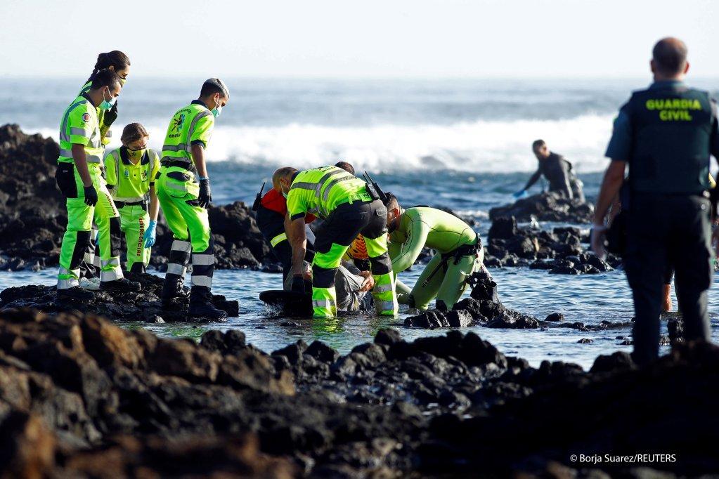 ماموران گارد ساحلی اسپانیا در جریان بیرون کردن  اجساد مهاجران از آب   عکس از: REUTERS/Borja Suarez