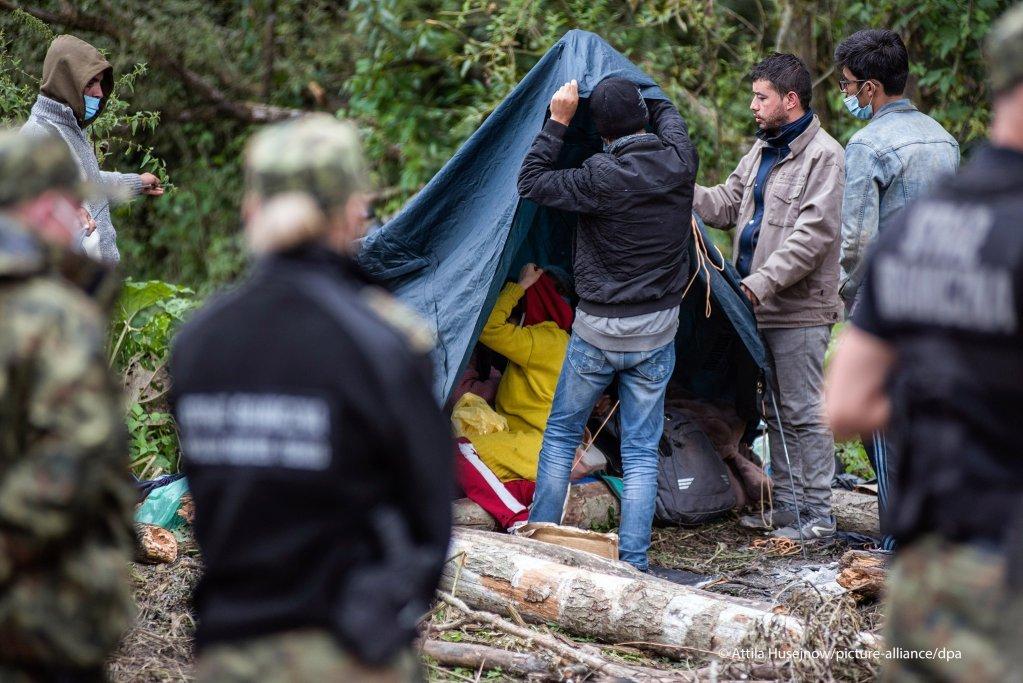 ۱۹ اگست سال ۲۰۲۱، پناهجویان افغان در مرز پولند با بلاروس خیمه برپا می کنند. افزایش مهاجرانی که سعی می کنند وارد پولند شوند، مهاجرت را به یک مساله سیاسی در این کشور تبدیل کرده است/عکس: Attila Husejnow/SOPA/zumapress
