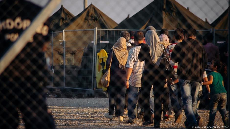 (عکس: ارشیف)/ مهاجرانی که از مرز صربستان با مجارستان عبور کرده اند، با همراهی پولیس به یک کمپ انتقال داده می شوند./عکس: Picture-alliance/dpa/L.Witter