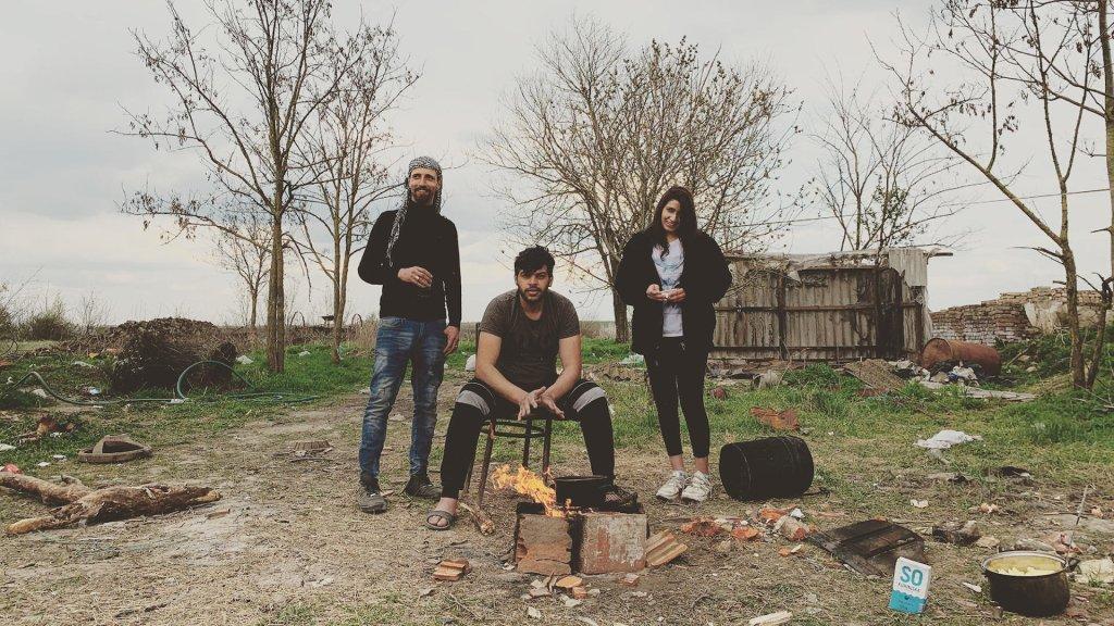 © Simon Rico |Hakim vient de Syrie (à gauche avec le keffieh). Il squatte une maison dans le nord de la Serbie avec huit compatriotes. Tous espèrent rejoindre l'Allemagne.