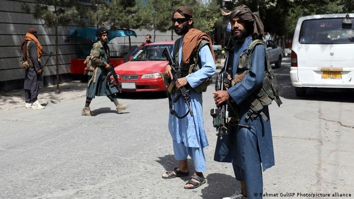 As gunmen patrol the streets of Kabul, everyone who's ever lived abroad tries to stay in hiding | Photo: Rahmat Gul/picture alliance