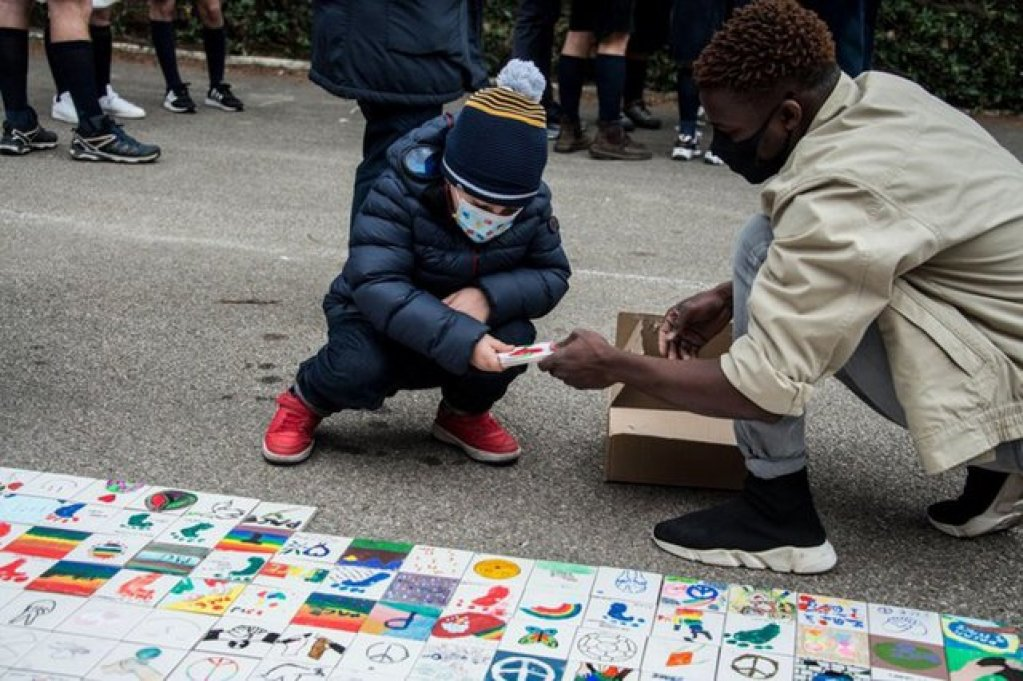 Scouts hand over tiles symbolizing peace to asylum seekers in Taranto, Italy | Photo: ANSA