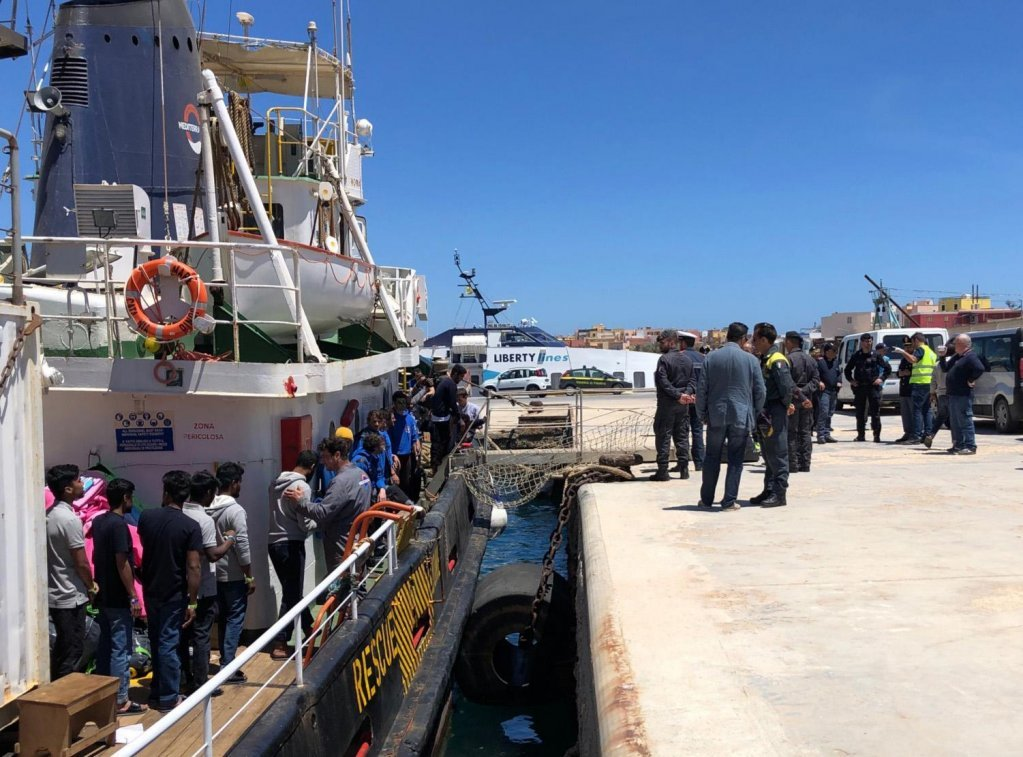 Migrants disembark from the Mare Jonio ship on the Italian island of Lampedusa on May 10, 2019 | Photo: ANSA/Elio Desiderio