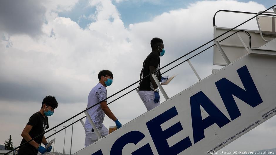 یک گروه از نوجوانان زیر سن که از یونان به پرتگال انتقال می یابند (عکس ارشیف)