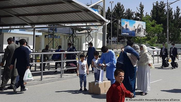 میدان هوایی کابل، پناهجوی اخراج شده از آلمان با خانواده اش (عکس آرشیف)