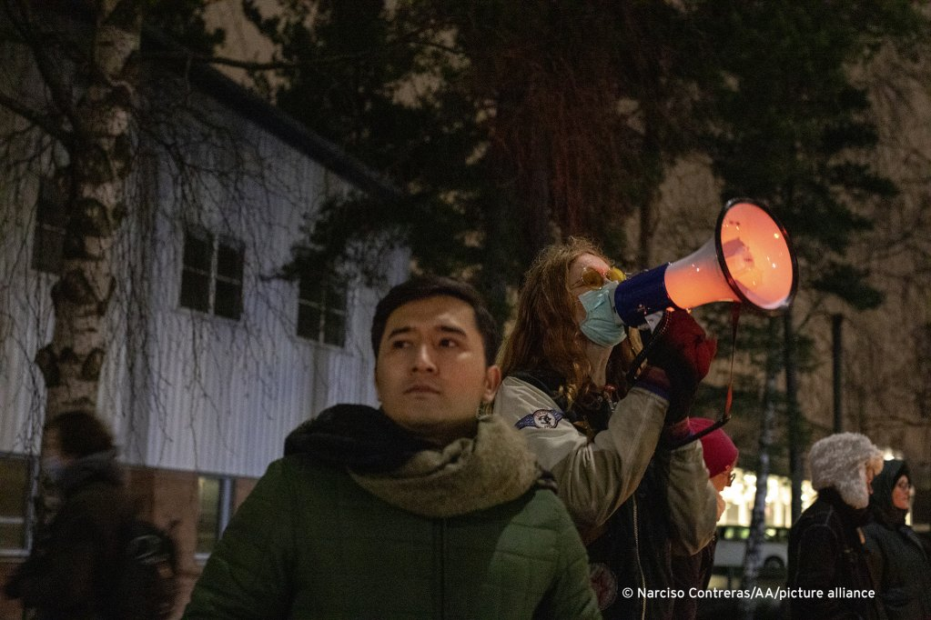 Young Afghans and their supporters demonstrate outside a migrant detention center on the outskirts of Stockholm, Sweden, December 15, 2020 | Photo: Narciso Contreras/Anadolu Agency
