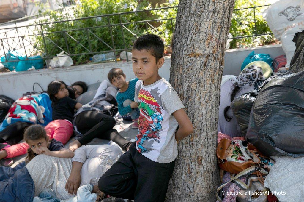 عائلة أفغانية بعد وصولها إلى أثينا من مخيم المهاجرين في موريا ، ليسبوس ، 14 يونيو / حزيران 2020   الصورة: picture-alliance /  كراهاليس