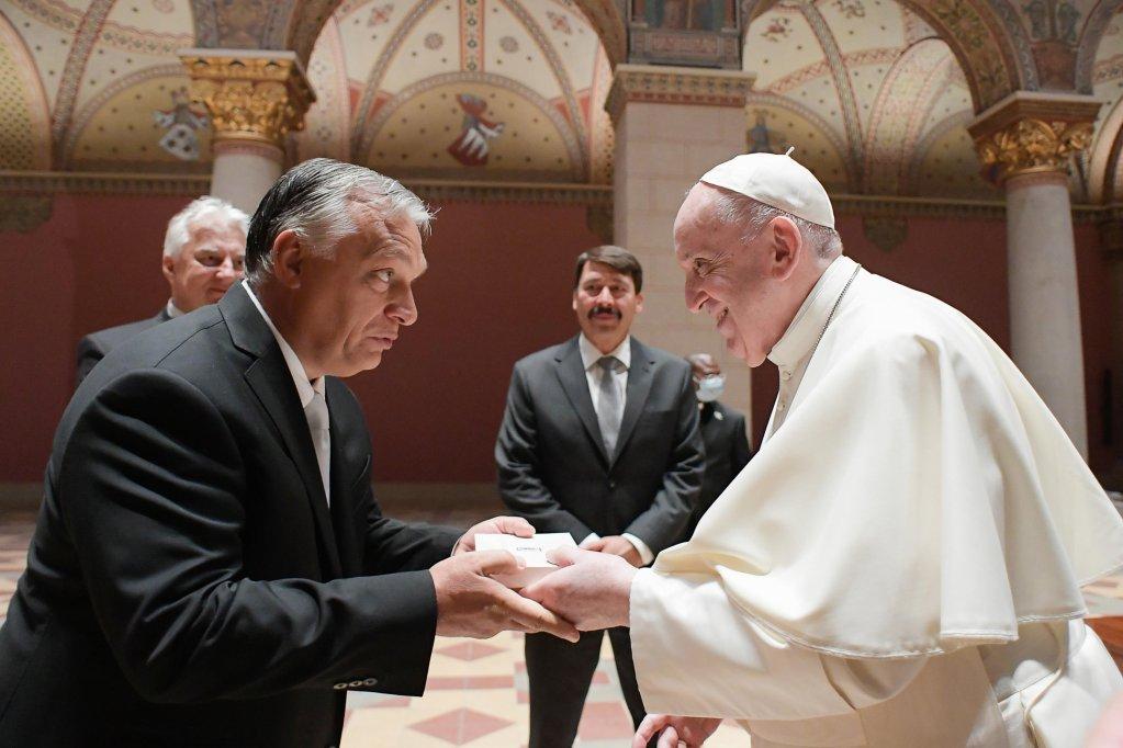 البابا فرنسيس وهو يحيي رئيس الوزراء المجري فيكتور أوربان خلال اجتماع في بودابست. المصدر: أنسا.