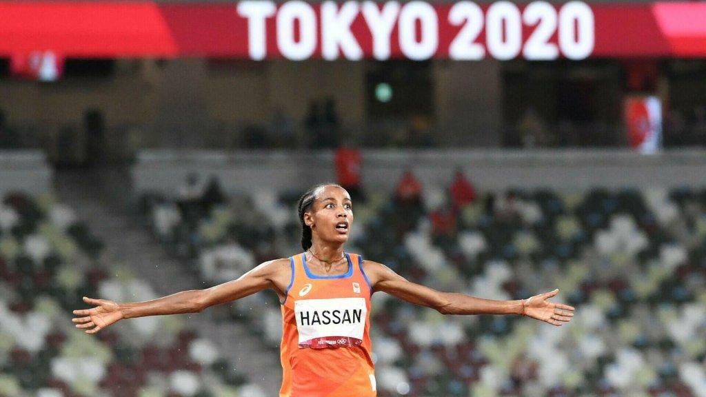 La Néerlandaise Sifan Hassan a réussi la première étape de son incroyable pari en étant sacrée championne olympique du 5000 m, lundi à Tokyo. Crédit : AFP