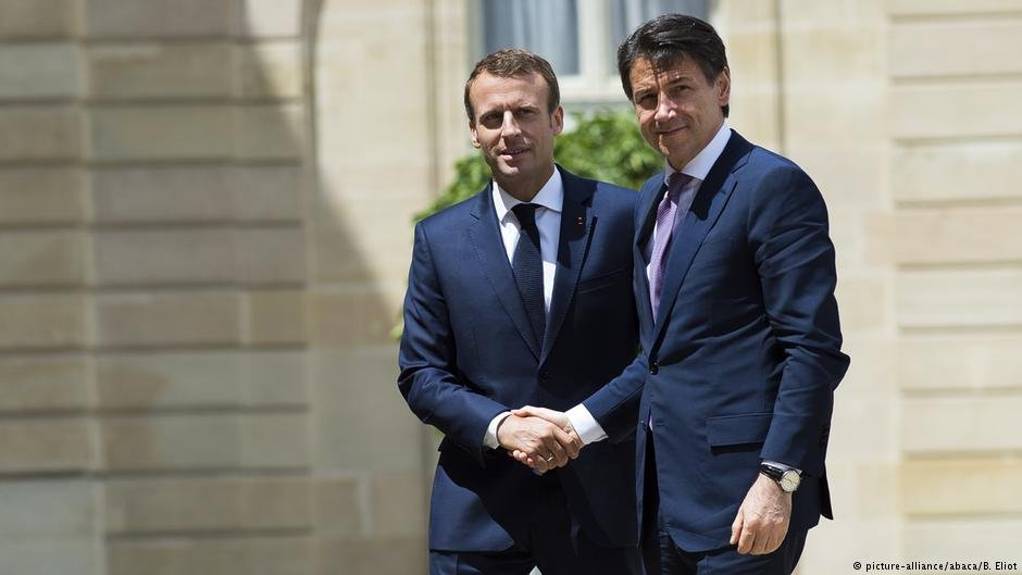 French President Emmanuel Macron (l) meeting with Italian Prime Minister Giuseppe Conte (r) in Paris.