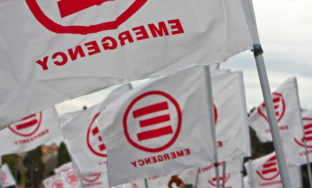 """أعلام منظمة """"طوارئ"""" غير الحكومية خلال إحدى المظاهرات في روما. المصدر: أنسا / ماسيمو بيركوتزي."""