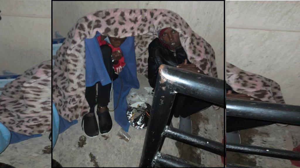 شعيب وياسين أمام مقر مفوضية اللاجئين في العاصمة الليبية طرابلس. الحقوق محفوظة