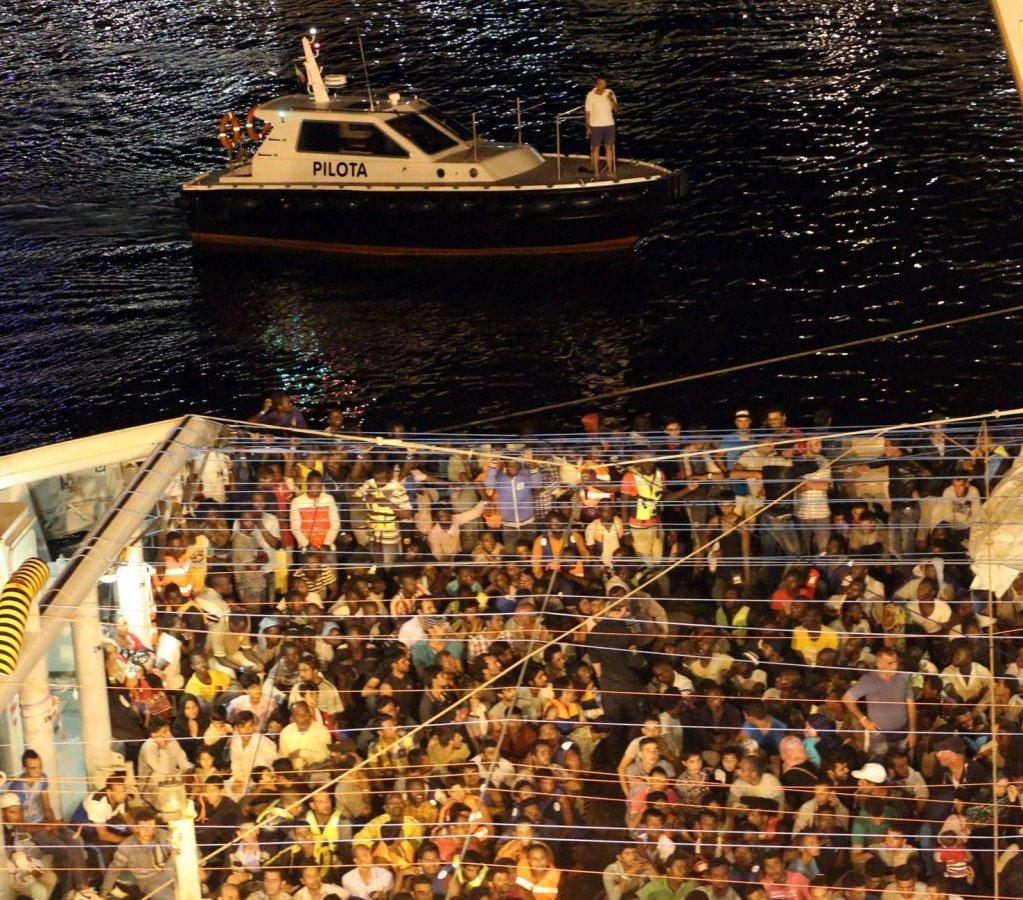 ANSA / عملية إنقاذ تنفذها السفينة بوزايدون، التي قامت في عام 2015 باعتراض قارب في مضيق صقلية وعلى متنه 56 جثة. المصدر: إي بي إيه.