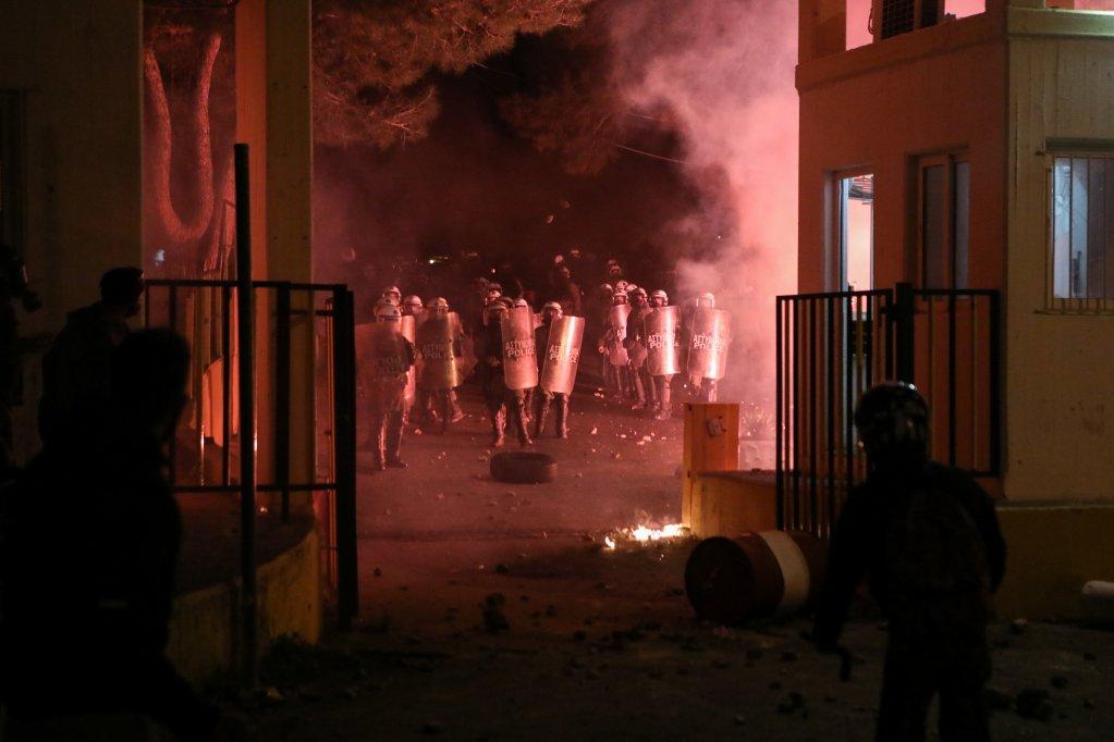 Des manifestants grecs font face à la police pour protester contre la construction d'un camp de migrants à Lesbos, le 26 février 2020. Crédit : Reuters