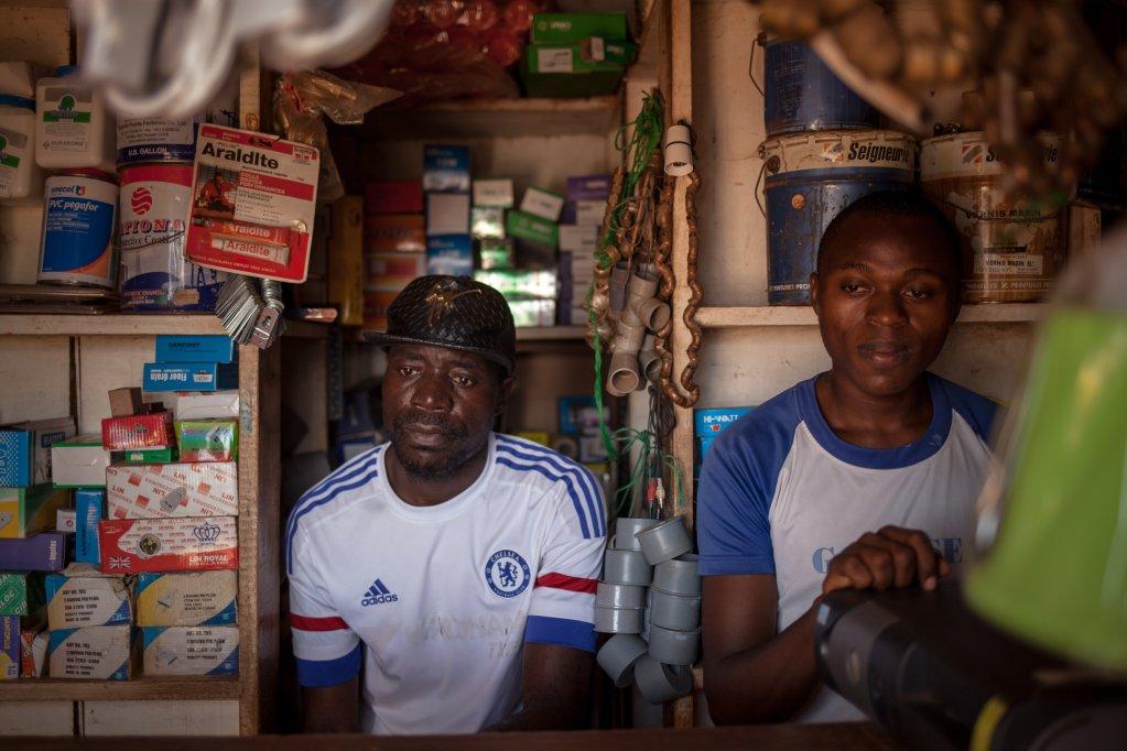 Albert tient une quincaillerie à Yaoundé. Après sept ans en exil, il est rentré au Cameroun avec l'aide de l'OIM. Crédit : Adrienne Surprenant/ Collectif Item