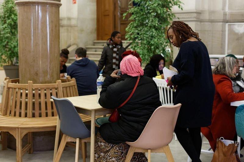 Des femmes hébergées à la halte de l'Hôtel de ville, à Paris. Crédit : Henri Garat / Ville de Paris