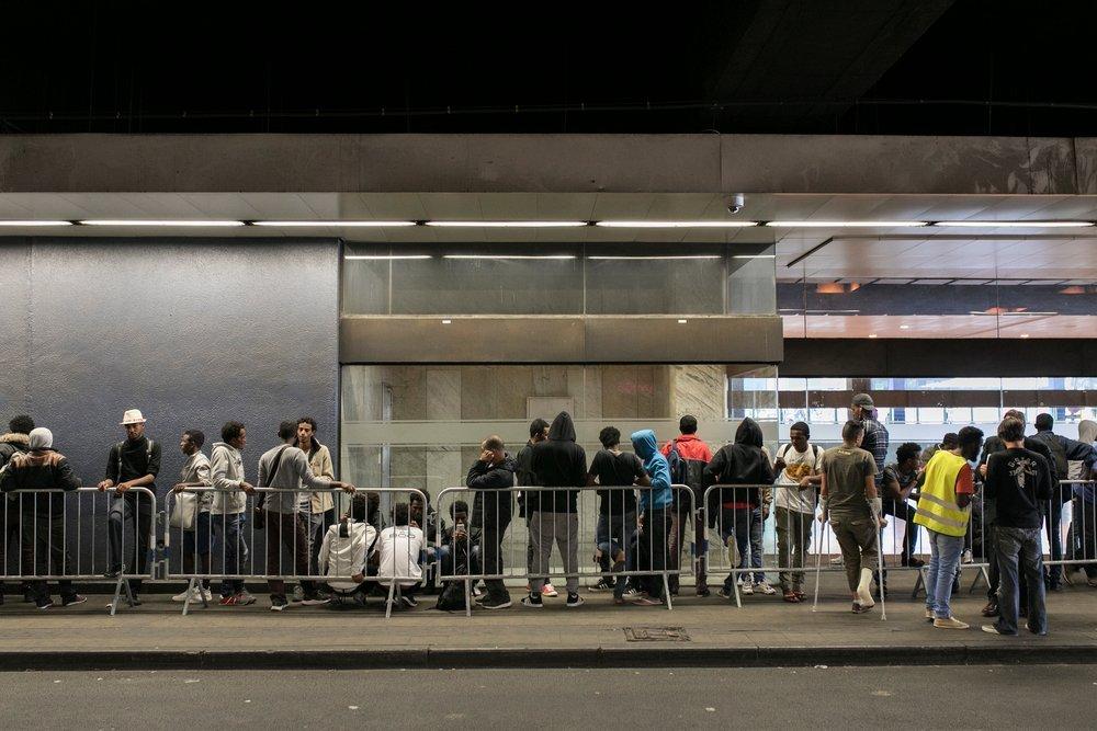 مهاجرون ينتظرون أمام مقر مجموعة العمل الإنساني في محطة قطارات الشمال في بروكسل. المصدر: أطباء بلا حدود