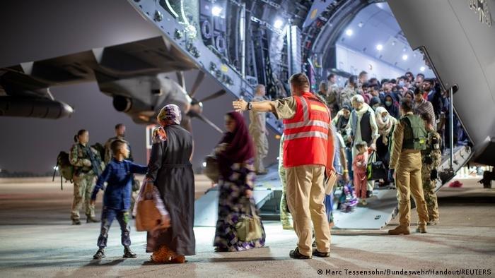 عکس از تخلیه شهروندان و همکاران محلی اردوی آلمان از میدان هوایی بین المللی در کابل