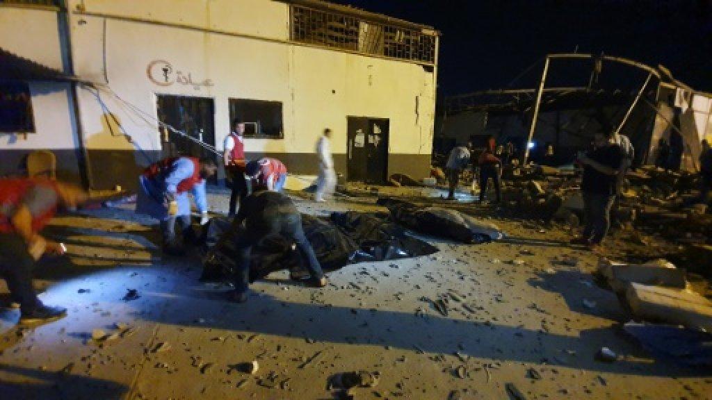 أ ف ب |مسعفون ينتشلون جثث قتلى سقطوا في غارة جوية استهدفت مركزا لاحتجاز المهاجرين غير القانونيين في تاجوراء، الضاحية الشرقية لطرابلس - 3 يوليو/تموز 2019.