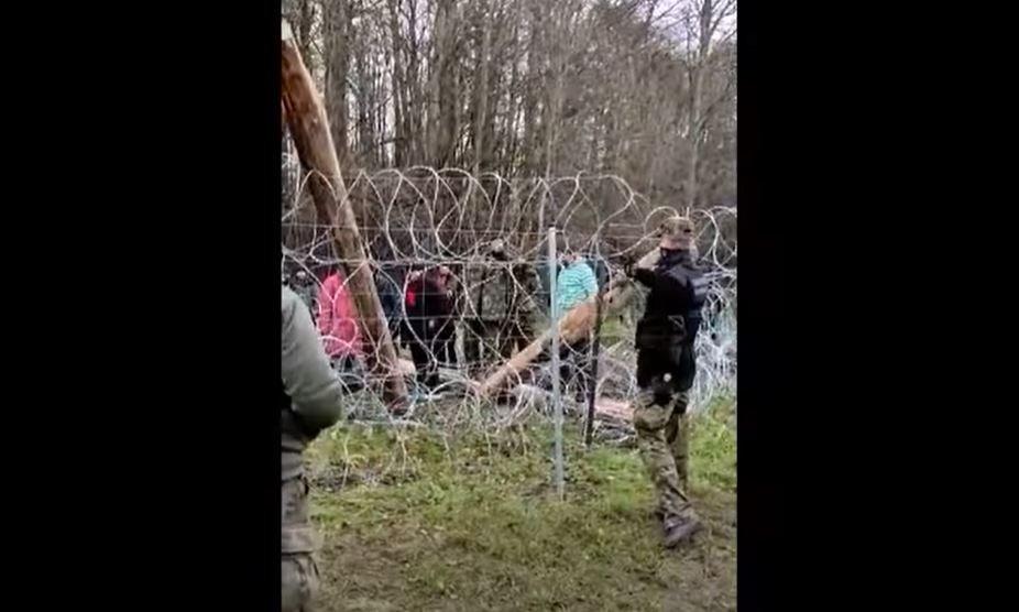 A Polish border guard seen spraying gas at migrants at the Polish-Belarusian border near the village of Usnarz Gorny | Source: screenshot Twitter @Straz_Graniczna