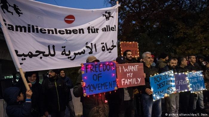 آلاف اللاجئين في ألمانيا ينتظرون لم شمل عائلاتهم..صورة من الأرشيف لمظاهرة تطالب بلمّ شمل عائلات اللاجئين