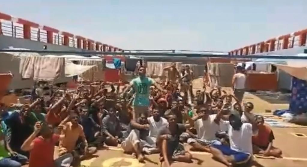 75 مهاجرا على متن السفينة النفطية العالقة قبالة السواحل التونسية. صورة ملتقطة من فيديو ت نشره على وسائل التواصل الاجتماعي