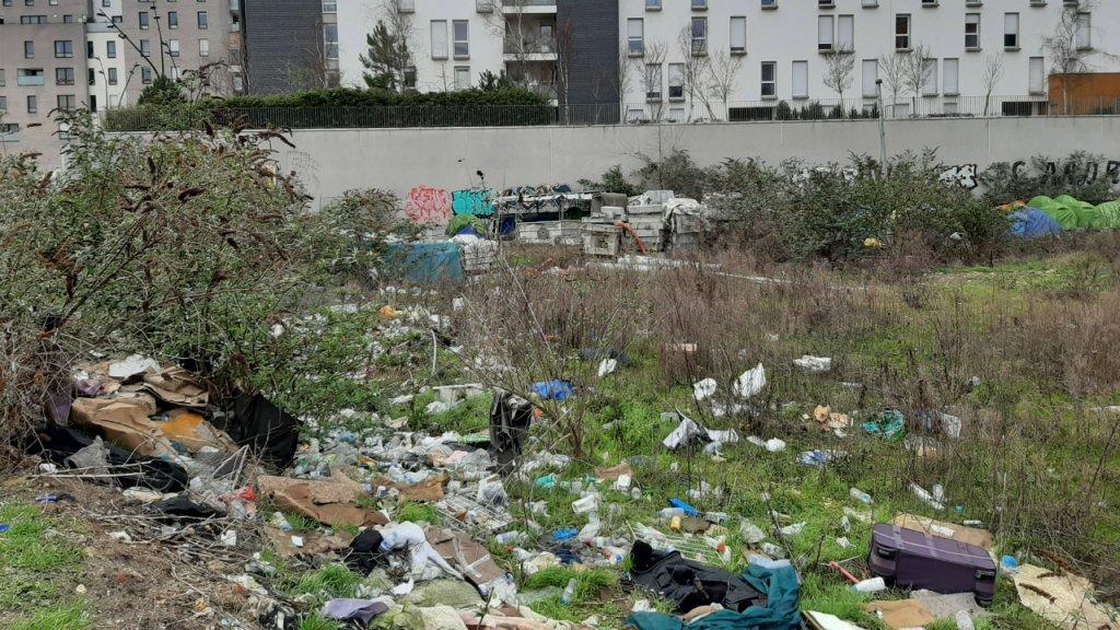 Le terrain vague situé sur la commune d'Aubervilliers où se sont installés quelque 500 migrants. Photo : InfoMigrants