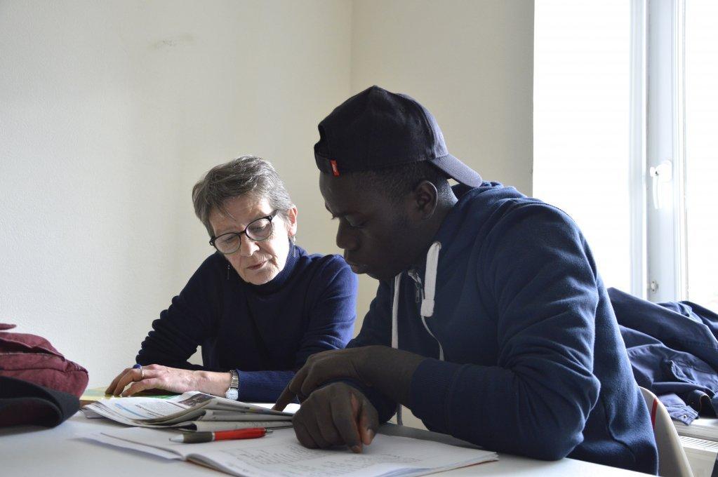 یک مهاجر جوان در حال یادگیری زبان فرانسه در نهاد خانه انجمن ها در برتاین فرانسه. عکس از مهاجرنیوز/ مایوه پوله