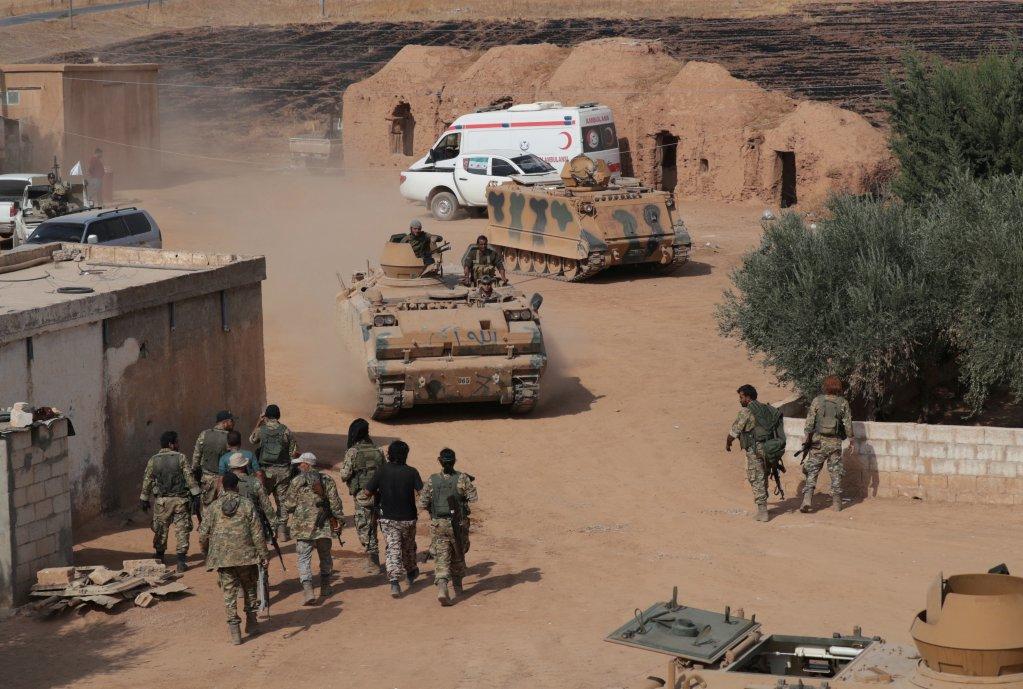 فصائل سورية مدعومة من تركيا بالقرب من حدود تل أبيض، في 24 أكتوبر/تشرين الأول 2019.  الحقوق: رويترز/خليل عشاوي