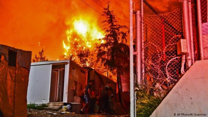 AP Photo/M. Svarnias |أرشيف صورة لمخيم ساموس في حريق سابق (14 أكتوبر/ تشرين الأول 2019)
