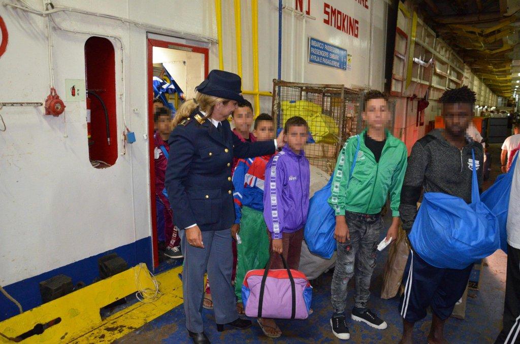ansa / مهاجرون قاصرون غير مصحوبين بذويهم يصلون إلى بورتو إمبيدوكلي. المصدر: صورة من أرشيف المكتب الإعلامي للشرطة.