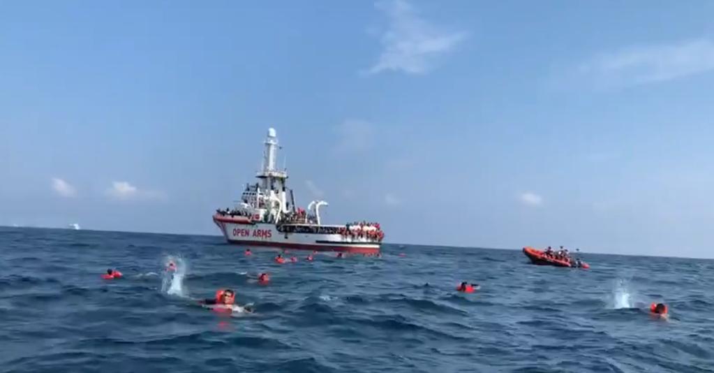 روز جمعه ۱۸ سپتمبر حدود ۴۰ تن دیگر از مهاجران کشتی اوپن آرمز خود را به دریا انداختند. عکس از صفحه تویتر اوپن آرمز