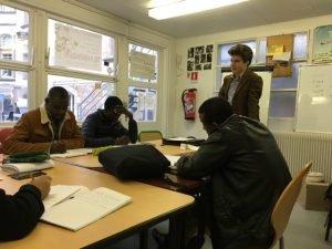 Des étudiants exilés prennent des cours de FLE à l'École normale supérieure, à Paris. Photo : France 24